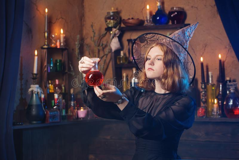 Bruxa nova na casa Conceito de Halloween foto de stock royalty free