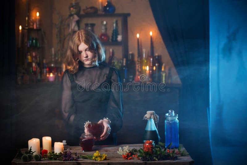 Bruxa nova na casa Conceito de Halloween fotografia de stock