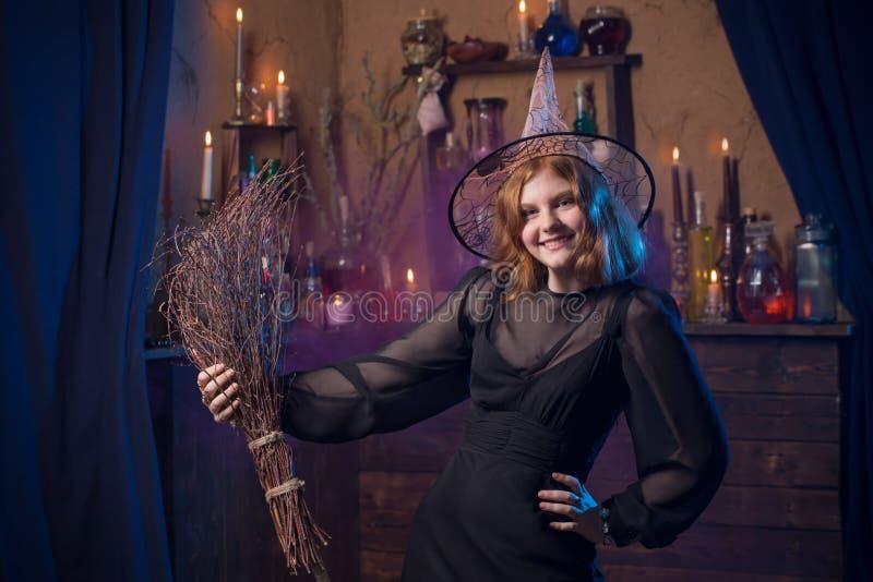 Bruxa nova na casa Conceito de Halloween fotos de stock