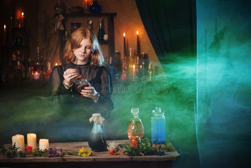 Bruxa nova na casa Conceito de Halloween imagem de stock royalty free