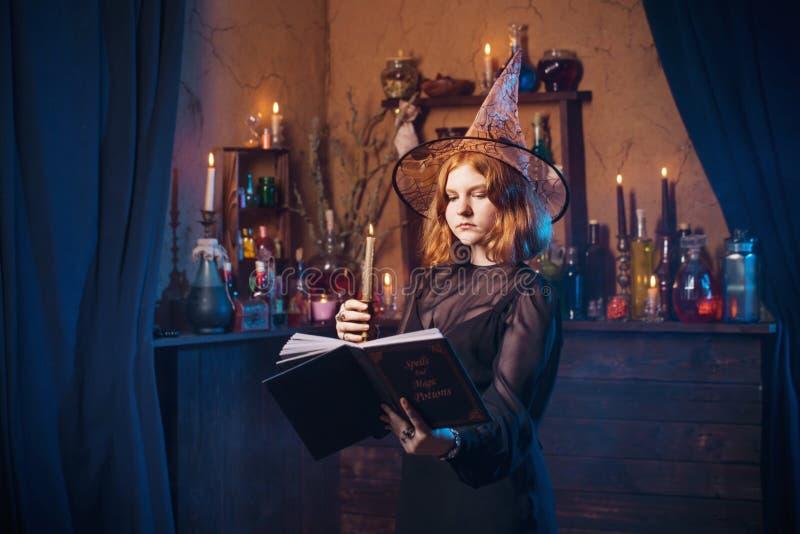 Bruxa nova na casa Conceito de Halloween foto de stock
