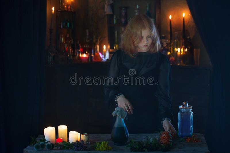 Bruxa nova na casa Conceito de Halloween imagens de stock royalty free