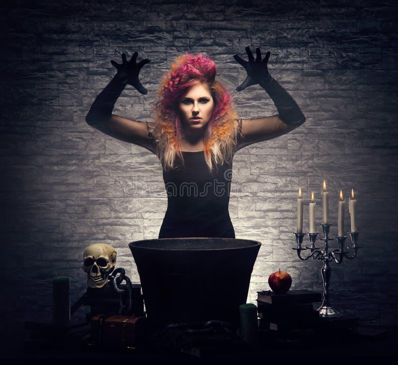 Bruxa nova que faz a feitiçaria em um Dungeon de Hallowen fotos de stock royalty free