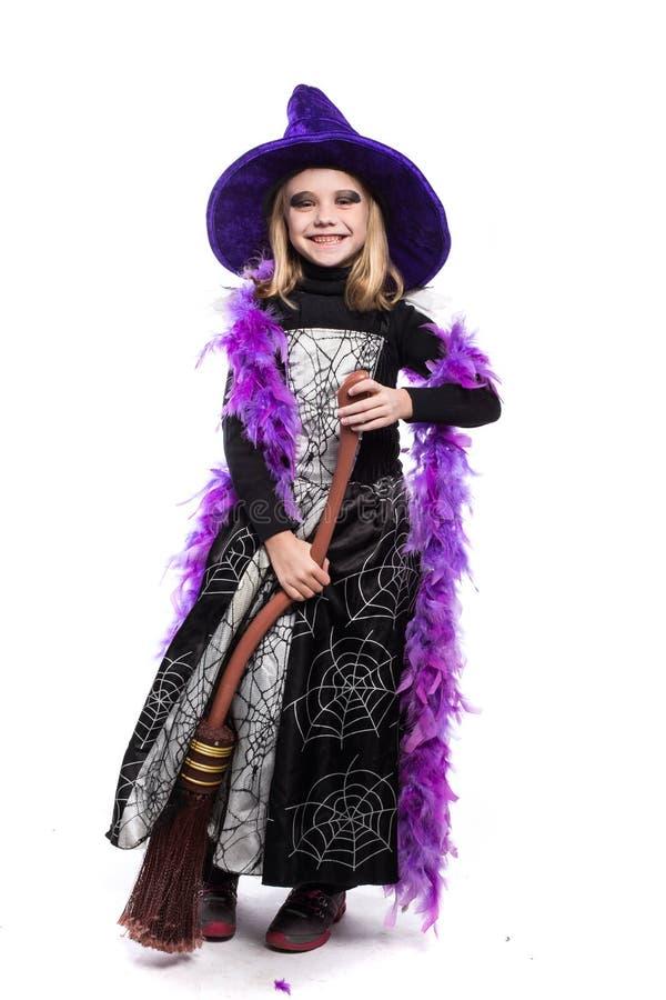 Bruxa pequena bonito de Dia das Bruxas com vassoura fotografia de stock royalty free