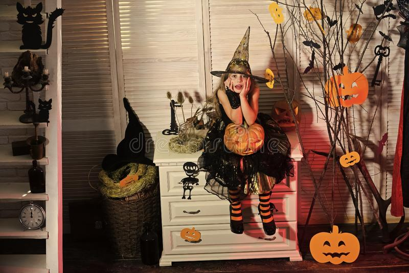 Bruxa pequena com decoração de Dia das Bruxas Menina com cara incomodada fotos de stock royalty free