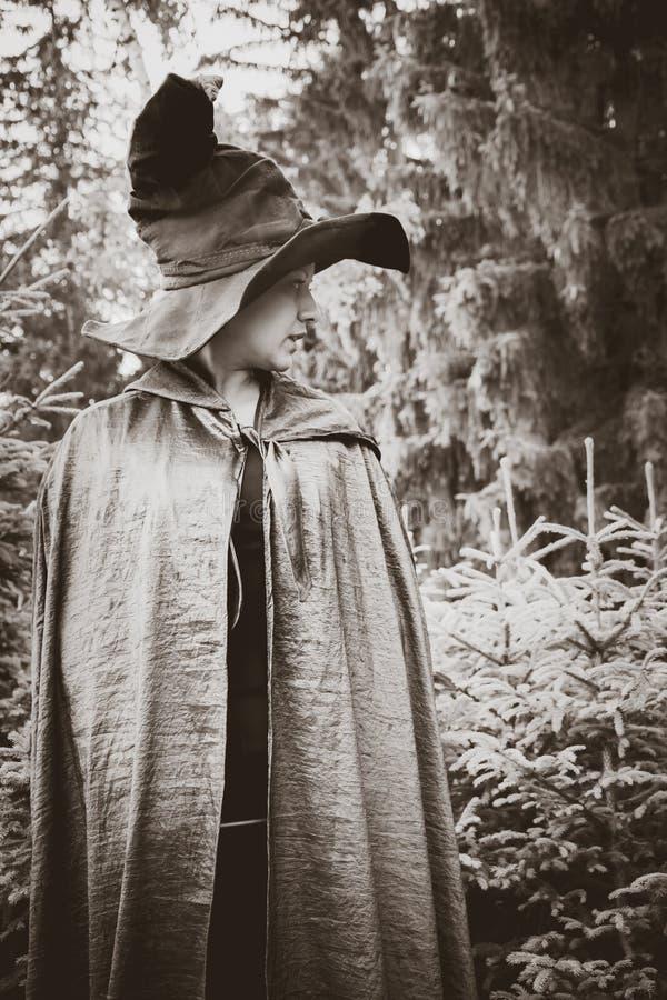 Bruxa preta com cabo fotografia de stock royalty free