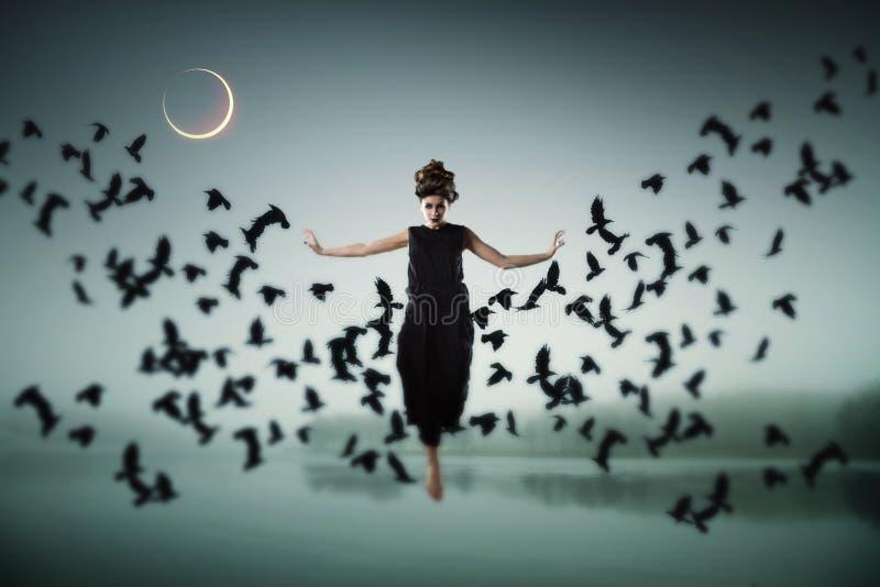 Bruxa que flutua no ar imagem de stock