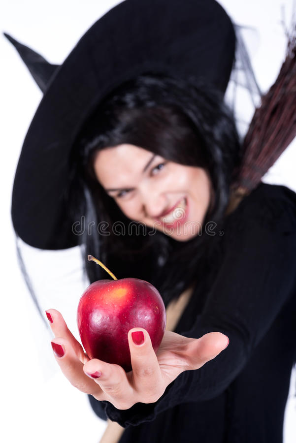 Bruxa que guarda Apple vermelho no fundo branco foto de stock royalty free
