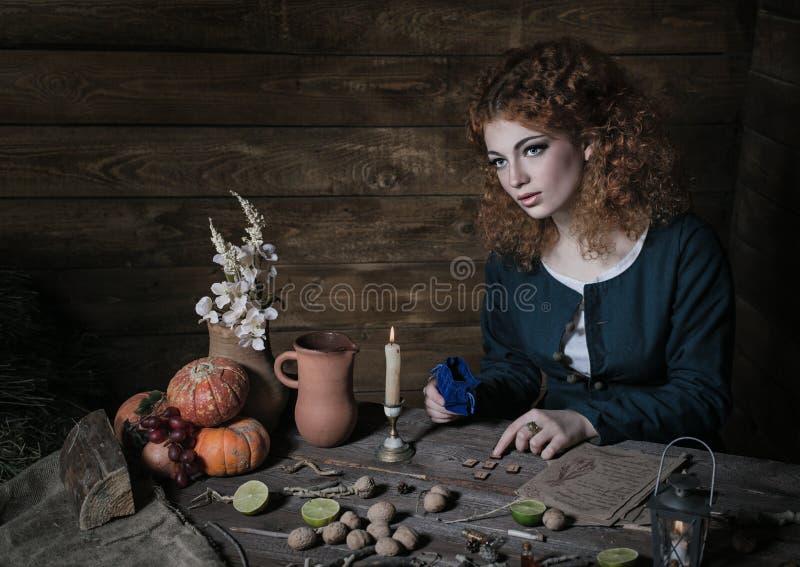 Bruxa que prepara a poção foto de stock royalty free