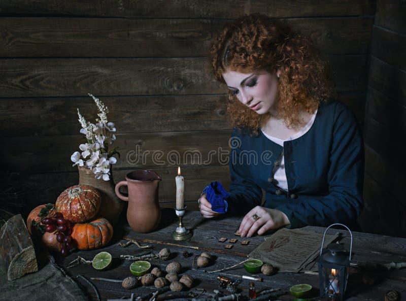 Bruxa que prepara a poção fotos de stock royalty free