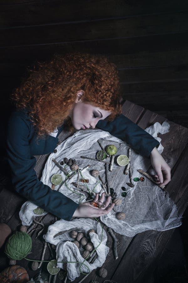Bruxa que prepara a poção foto de stock