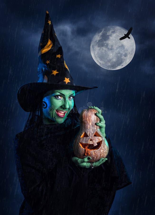 Bruxa verde com abóbora foto de stock