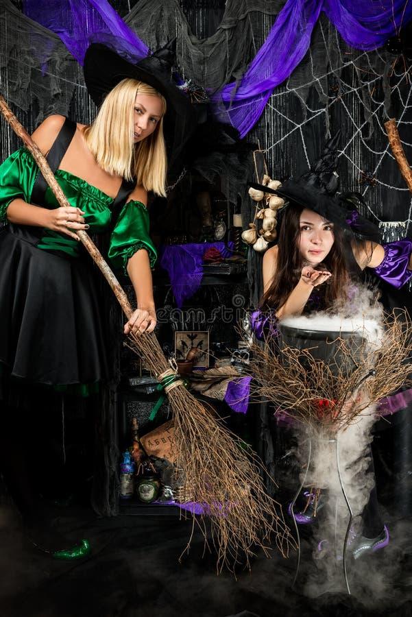 Bruxas com vassouras imagens de stock