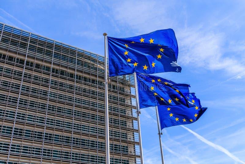 Bruxelas, Bélgica Bandeiras da União Europeia na frente da construção de Berlaymont em Bruxelas fotografia de stock royalty free
