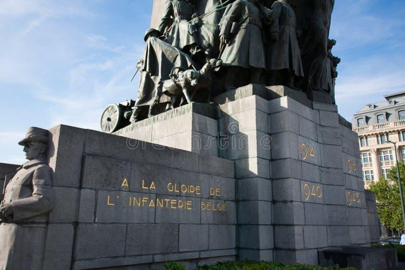 Bruxelas, Bélgica - 11 de agosto de 2018: Monumento de Bruxelas aos soldados inoperantes no primeiros e na segunda guerra mundial foto de stock