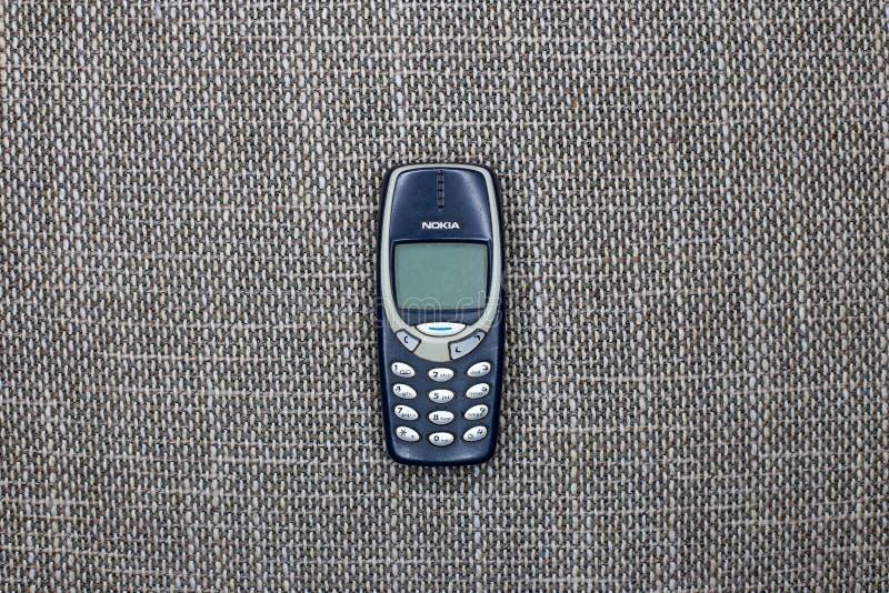 Bruxelas, Bélgica - 26 de fevereiro de 2017: O telefone celular icônico de Nokia 3310 fotografia de stock
