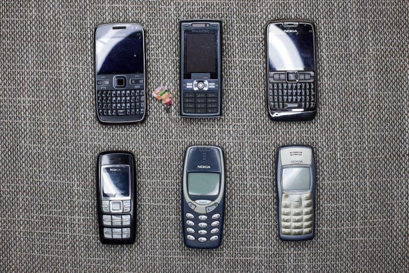 Bruxelas, Bélgica - 26 de fevereiro de 2017: Uma coleção dos telefones celulares velhos que incluem Nokia icônico 3310, Nokia 160 imagens de stock royalty free