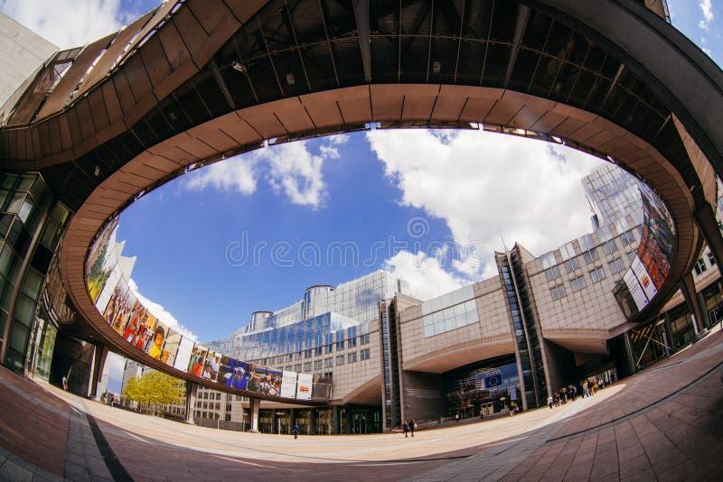 BRUXELAS, BÉLGICA - 20 DE MAIO DE 2015: Exterior da construção do Parlamento Europeu em Bruxelas, Bélgica exercita imagens de stock royalty free