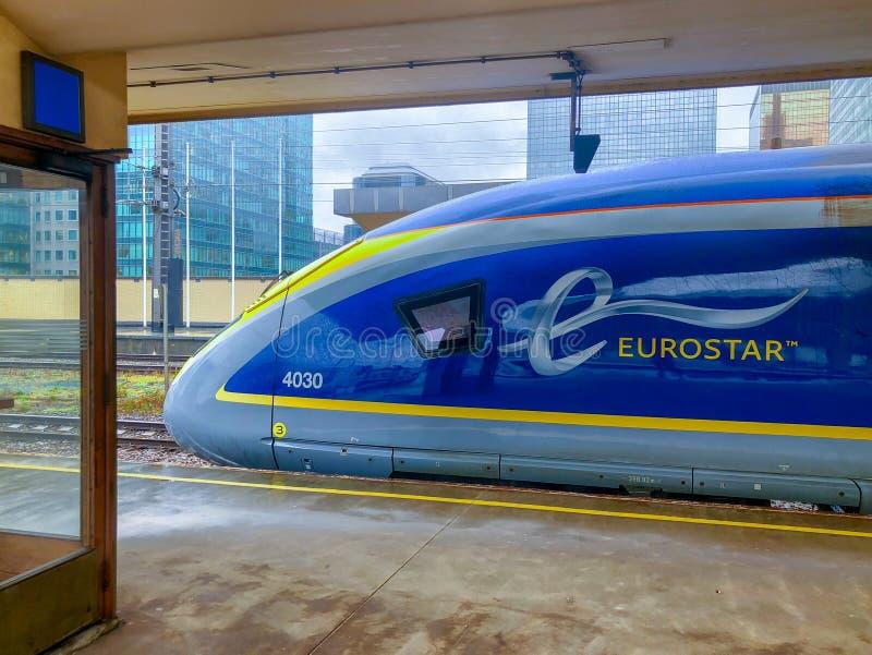 Bruxelas, Bélgica - 30 de outubro de 2018: O trem de passageiros de alta velocidade internacional de E320 Eurostar na estrada de  foto de stock