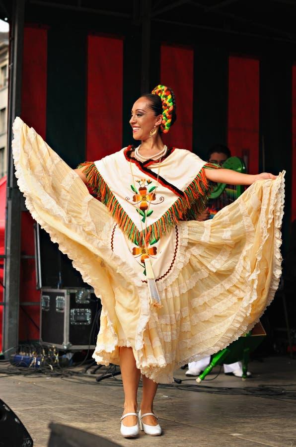Dançarino do bailado folclo'rico mexicano de Xochicalli imagem de stock royalty free
