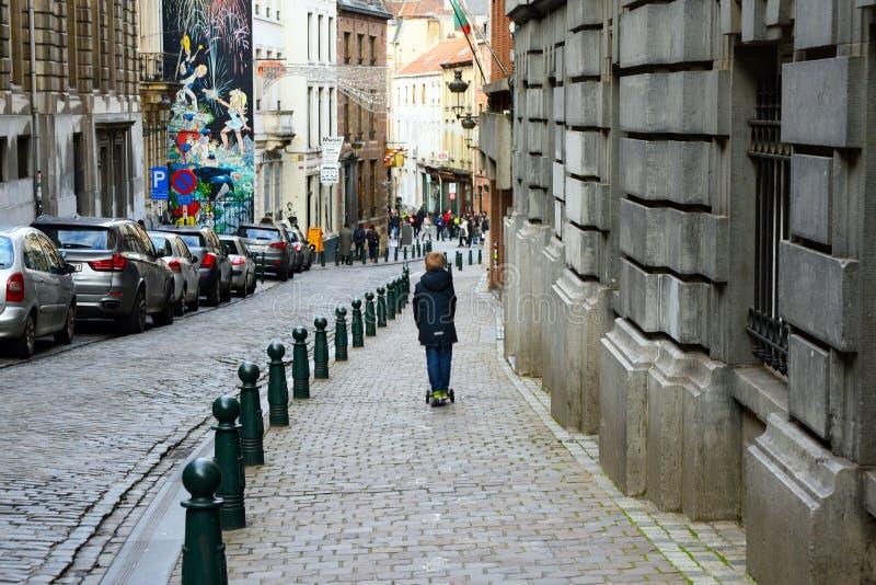 Bruxelas, Bélgica, em dezembro de 2018 Um menino em passeios de um 'trotinette' imagens de stock