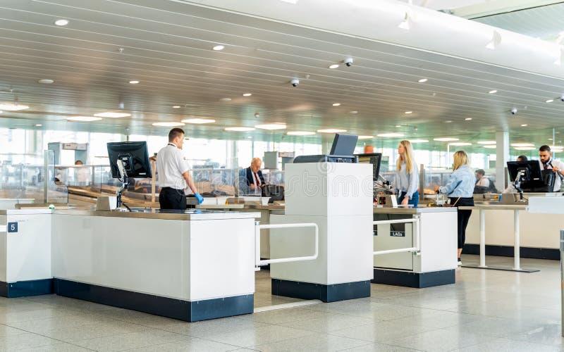 Bruxelas, B?lgica, em maio de 2019 aeroporto de Bruxelas, bagagem de m?o e varredura e inspe??o dos passageiros fotos de stock