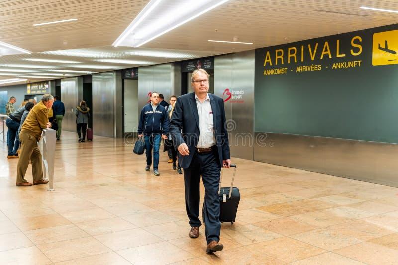 Bruxelas, B?lgica, em maio de 2019 aeroporto de Bruxelas, pessoa que espera e que encontra seus amigos e fam?lias fotos de stock