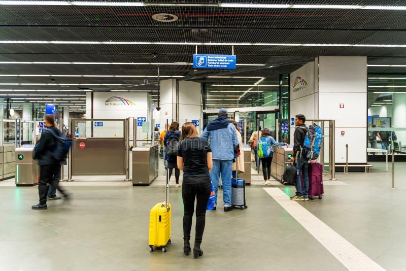 Bruxelas, B?lgica, em maio de 2019 Bruxelas, esta??o de caminhos de ferro dos aeroportos, pessoa no controle do bilhete fotos de stock