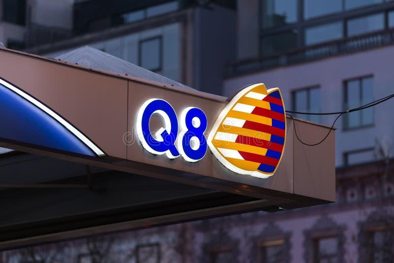 Bruxelas, Bruxelas/Bélgica - 13 12 18: o posto de gasolina q8 assina dentro Bruxelas Bélgica imagens de stock
