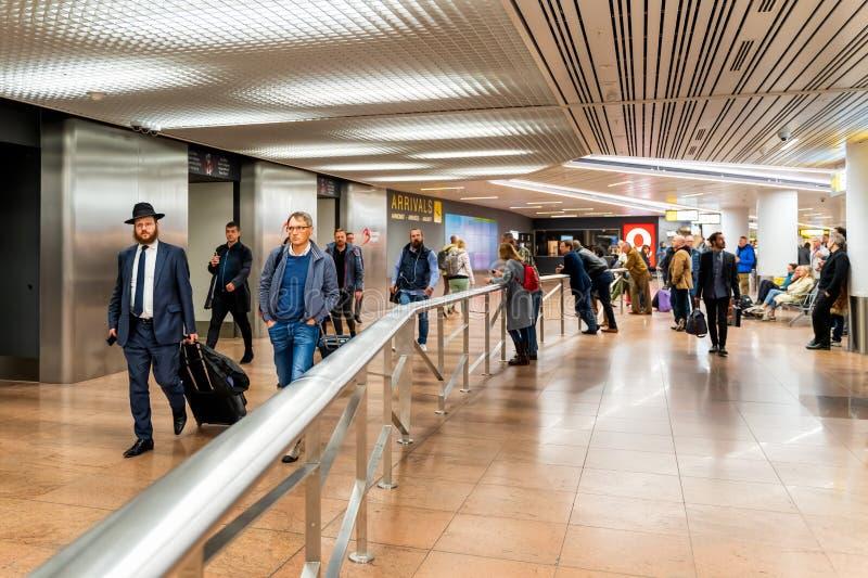 Bruxelas, B?lgica, em maio de 2019 aeroporto de Bruxelas, pessoa que espera e que encontra seus amigos e fam?lias imagens de stock royalty free