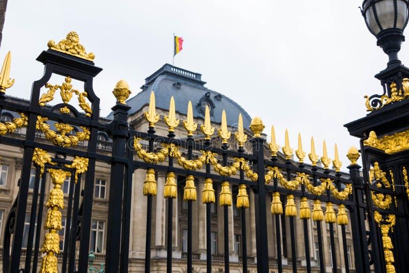 Bruxelas/Belgium-01 02 19: Cercas do ouro do palácio real em Bruxelas Bélgica fotos de stock royalty free