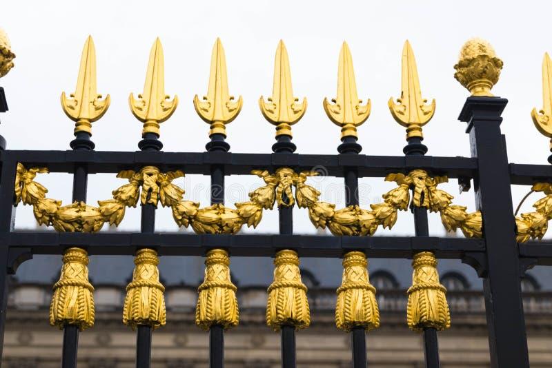 Bruxelas/Belgium-01 02 19: Cercas do ouro do palácio real em Bruxelas Bélgica foto de stock royalty free