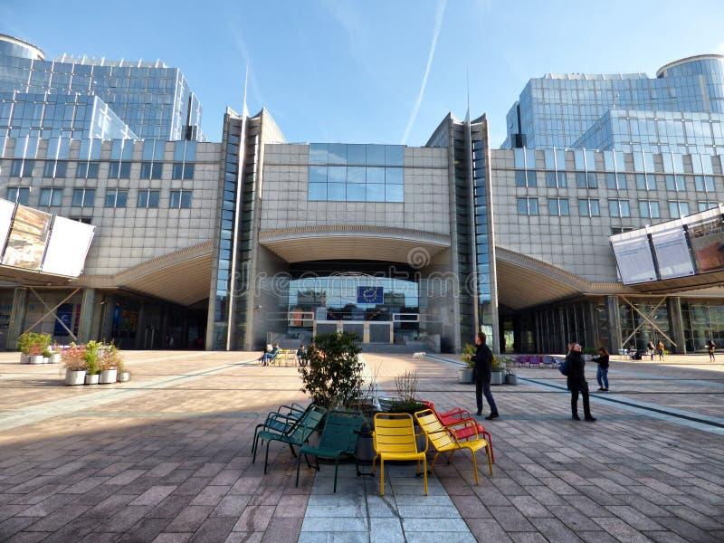 BRUXELAS - 25 DE FEVEREIRO: Cadeiras coloridas na esplanada na frente do Parlamento Europeu Foto tomada o 25 de fevereiro de 2018 fotografia de stock