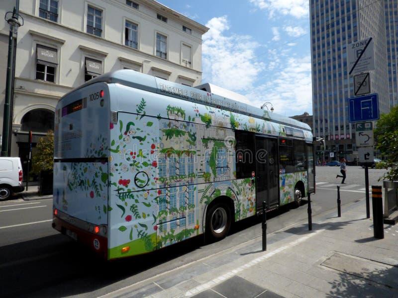 Bruxelles, Belgio - 10 luglio 2018: Bus elettrico sulla linea di recente creazione 33 di STIB a Bruxelles fotografie stock libere da diritti