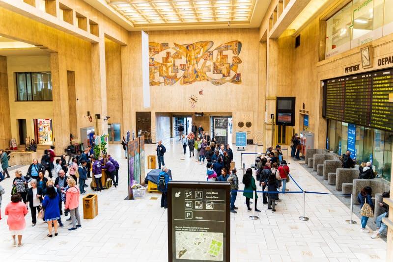 Bruxelles, Belgio, maggio 2019 Bruxelles centrale, la gente che arriva e che parte dalla stazione ferroviaria fotografie stock libere da diritti