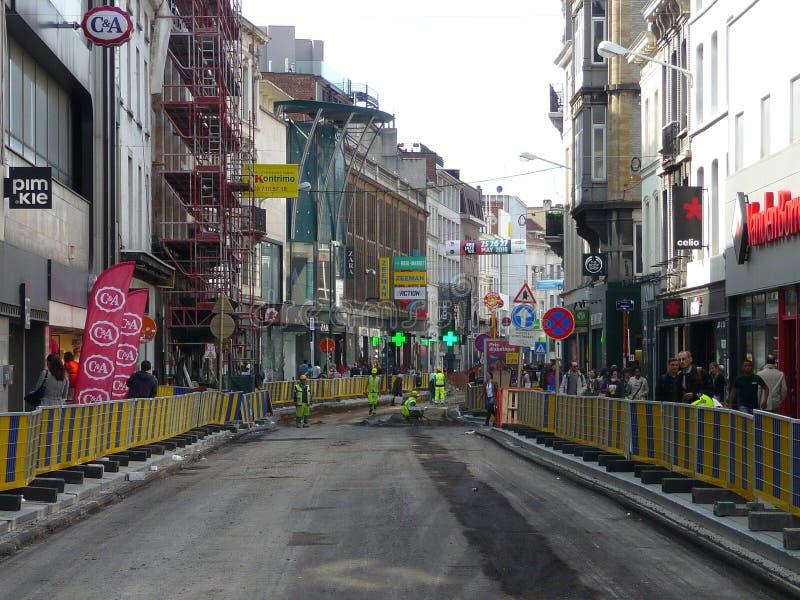 Bruxelles, Belgio - 3 maggio 2018: La riabilitazione di strada lavora al ` Ixelles in Ixelles, Bruxelles di Chausse d fotografie stock libere da diritti