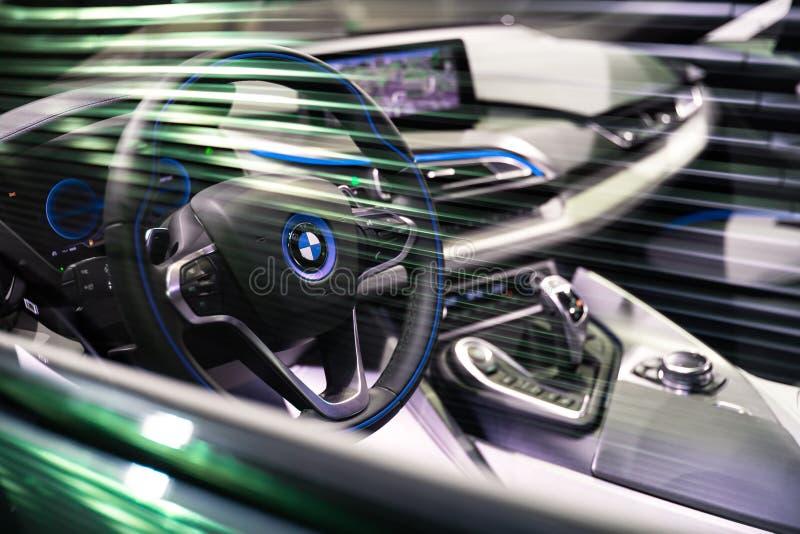 BRUXELLES, BELGIO - 25 MARZO 2015: La vista interna di BMW i8, l'automobile sportiva ibrida alimentabile della più nuova generazi immagine stock