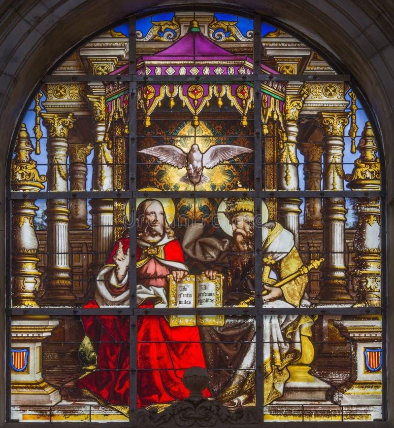 Bruxelles - la trinità santa su windwopane da 19 centesimo nella cattedrale di St Michael e della st Gudula fotografia stock