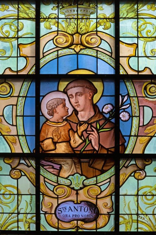 Bruxelles - St Anthony de Padoue sur le windwopane dans la richesse aux. Claires de Notre Dame d'église par Jan van Keer (1904) images libres de droits