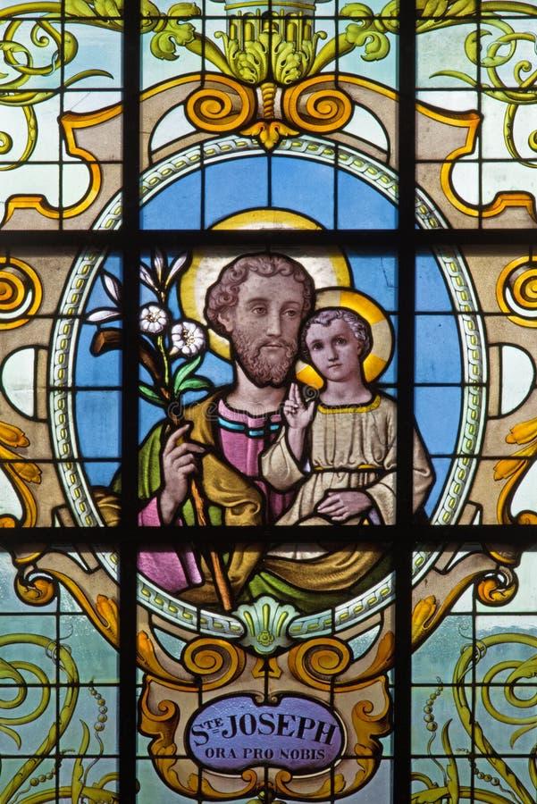 Bruxelles - St Joseph sur le windwopane dans la richesse aux. Claires de Notre Dame d'église par Jan van Keer (1904) photos stock