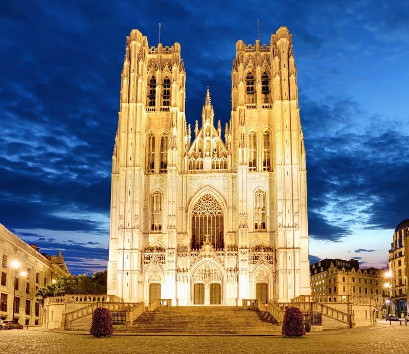 Bruxelles - St Michael e cattedrale della st Gudula alla notte fotografia stock