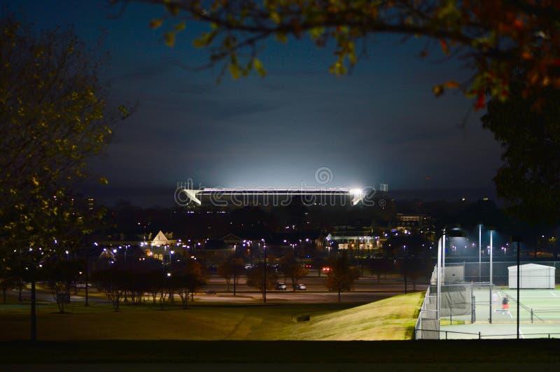 Bryant Denny Stadium s'est allumé la nuit sur Gameday photographie stock libre de droits