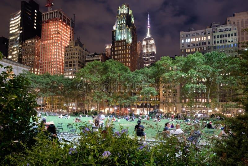 Bryant Park à New York City a illuminé la nuit photographie stock