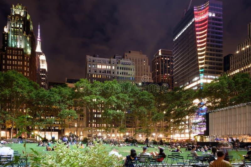 Bryant Park dans Midtown Manhattan la nuit images libres de droits