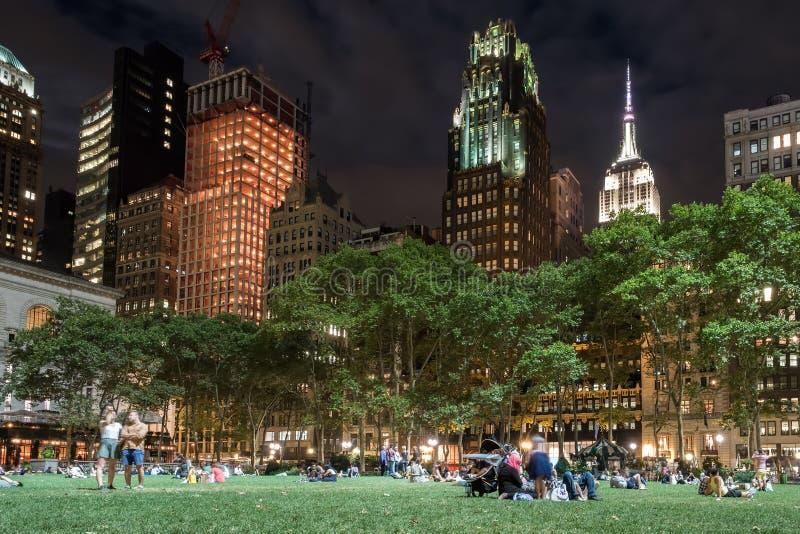 Bryant Park dans Midtown Manhattan la nuit photos stock