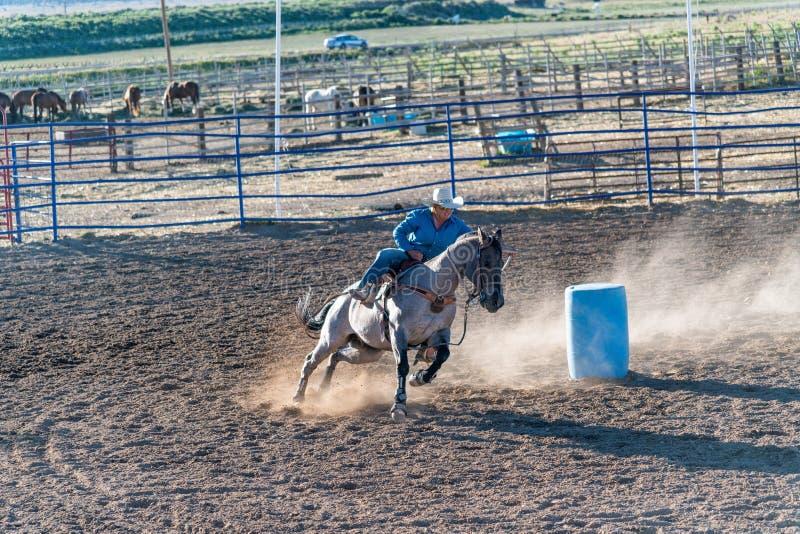 BRYCE-CANIONstad - 21 JUNI, 2018: De cowboys berijden hun paarden bij royalty-vrije stock foto's