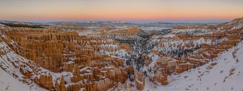 Bryce Canon Panorama Sunset kleurt sneeuw en de winter - bergen royalty-vrije stock afbeeldingen