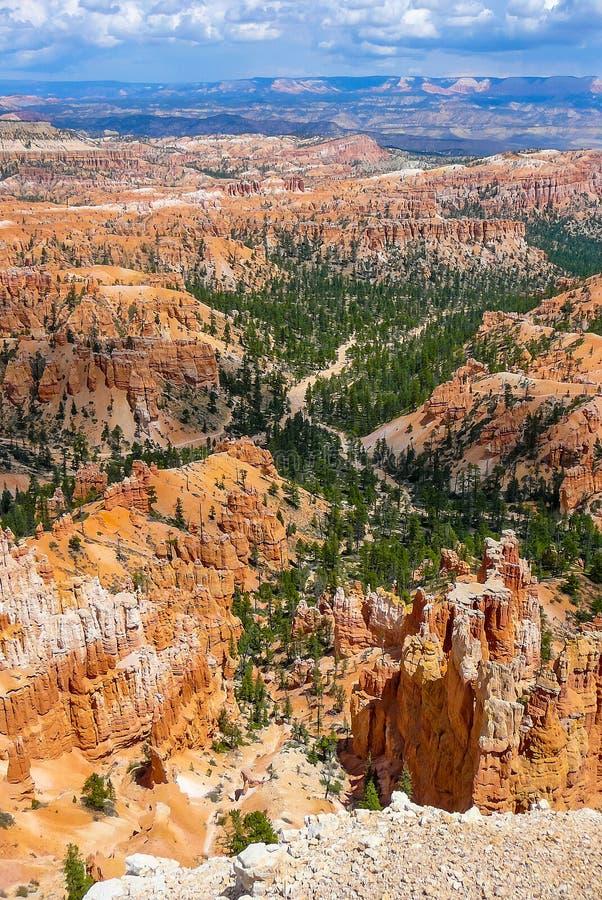 Bryce Canyon con el cielo en parte nublado imagen de archivo