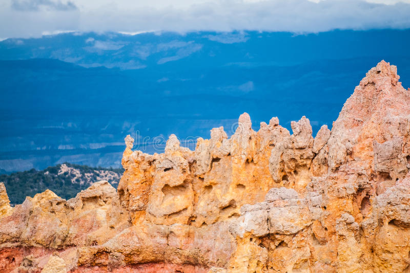 Bryce Canyon Hoodoos-close-up tegen blauwe bergenachtergrond stock afbeelding