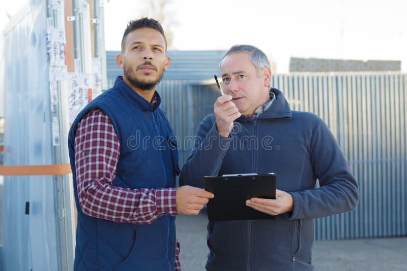 Brygadier daje instrukcjom nad walkie talkie zdjęcie stock